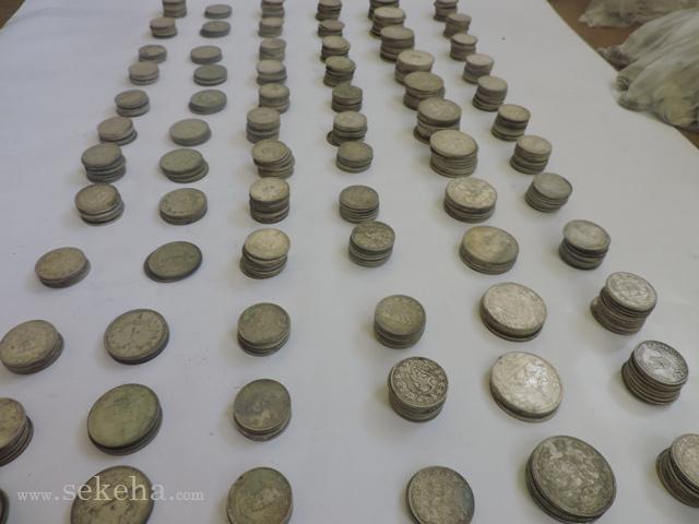 کشف سکه های ماشینی قاجار و پهلوی از خانه قدیمی